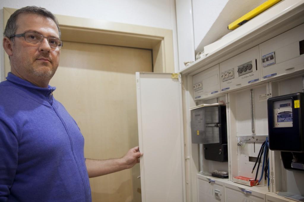 Andreas Hoffmann mit den Stromzählern seines Passivhauses
