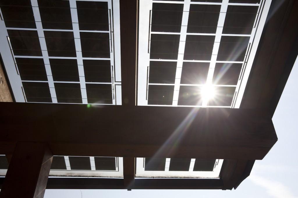 Terrassenabschattung mit schmalen Solarmodulen