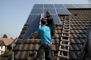 Montage einer Solaranlage Julius Schür und Sven Leber von der Zimmerei Schwörer montieren eine Solaranlage (33 Module, 7 kW) auf dem Dach der Fischer Stube von Werner Zängle in Rust.