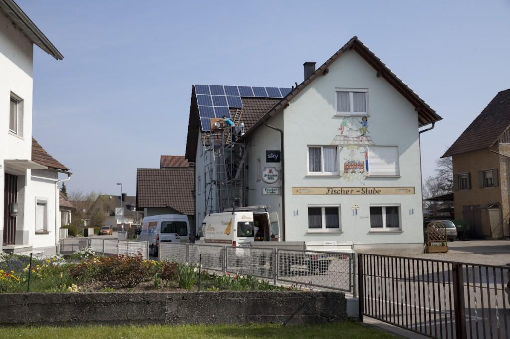 Julius Schür und Sven Leber von der Zimmerei Schwörer montieren eine Solaranlage (33 Module, 7 kW) auf dem Dach der Fischer Stube von Werner Zängle in Rust.