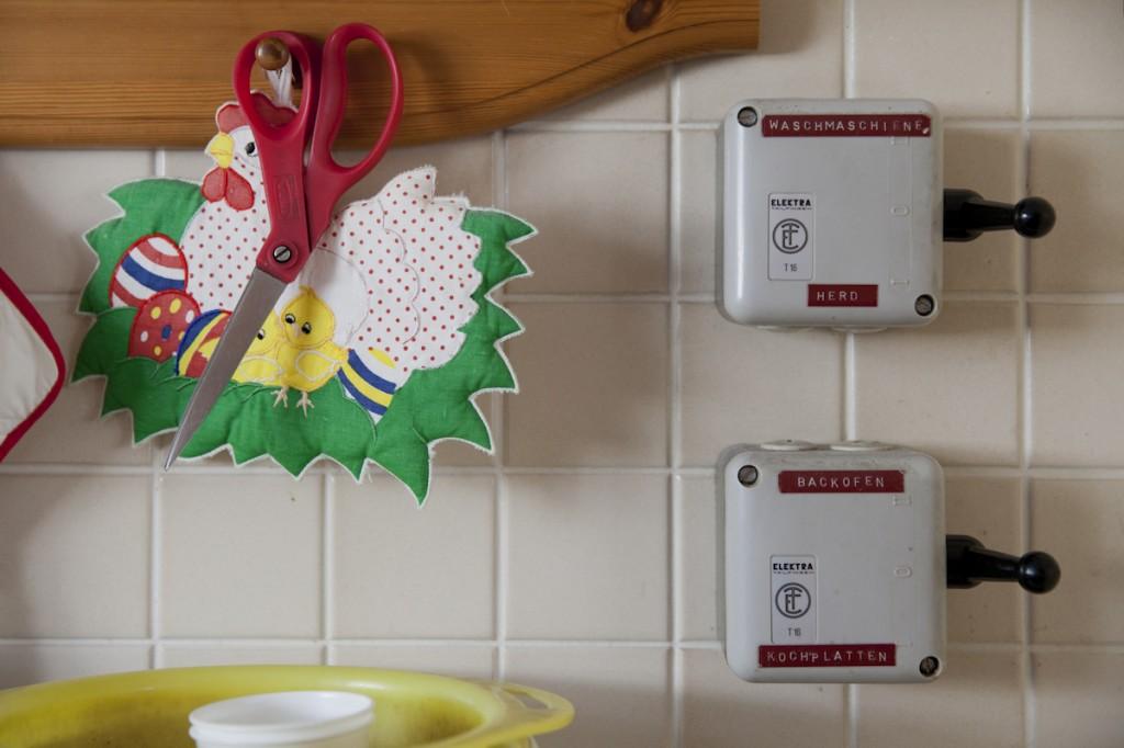 Schalter zur Wahl zwischen Waschmaschine und Herd sowie zwischen Backofen und Kochplatten