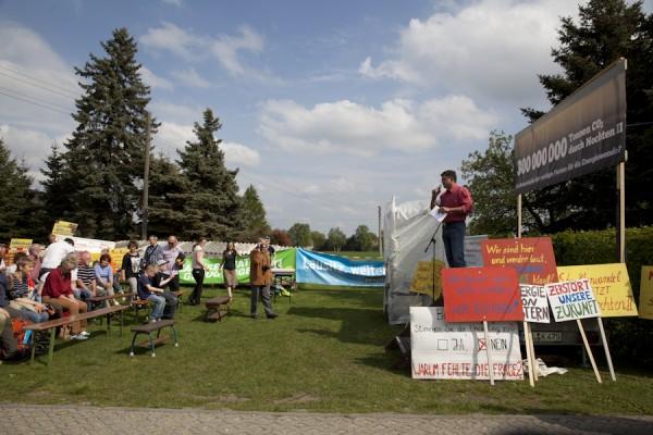 Kundgebung nach dem Spaziergang gegen Abbaggerung auf dem Hof von Ingo Schuster