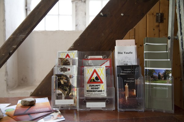 Informationen und Postkarten in der Kirche von Atterwasch