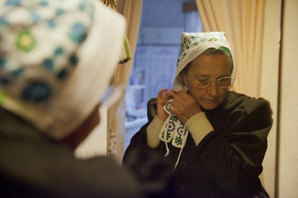 Edith Penk zieht ihre traditionelle sorbische Kopfhaube an