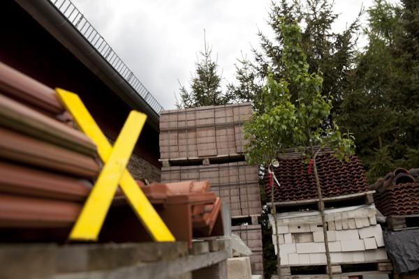 Baumaterial und junge Bäume - Ingo Schuster renoviert und erweitert seinen Hof seit mehr als zehn Jahren
