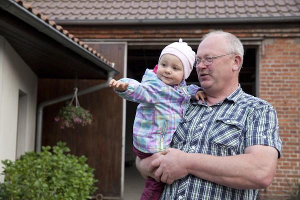 Ulrich Schulz mit Enkelin
