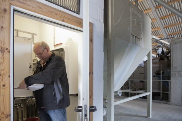Henning Clausen bei einer Kontrolle der Biogasanlage