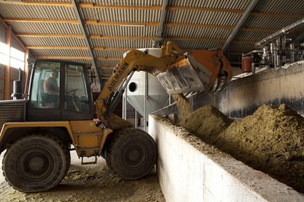 Henning Clausen füllt Substrat in die Biogasanlage