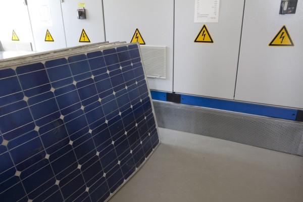 Beschädigte Solarzellen im Hybridkraftwerk